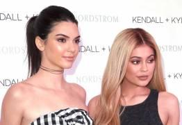 Kendall e Kylie lançam bolsa e são acusadas de apropriação cultural