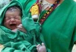 Foto de bebê recém-nascido chama atenção por detalhe inusitado ao fundo