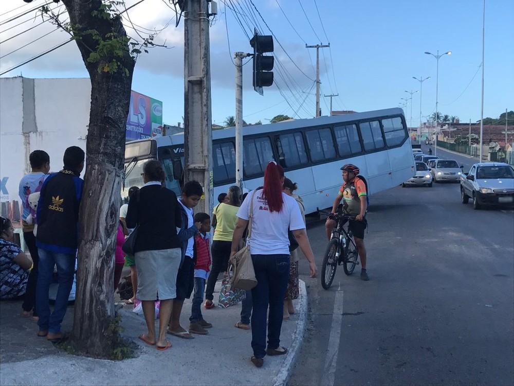 acidente curz das armas - VEJA VÍDEO: Viatura, caminhão e ônibus se envolvem em engavetamento na Capital
