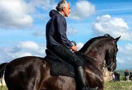 Cantor italiano Andrea Bocelli cai de cavalo e é hospitalizado