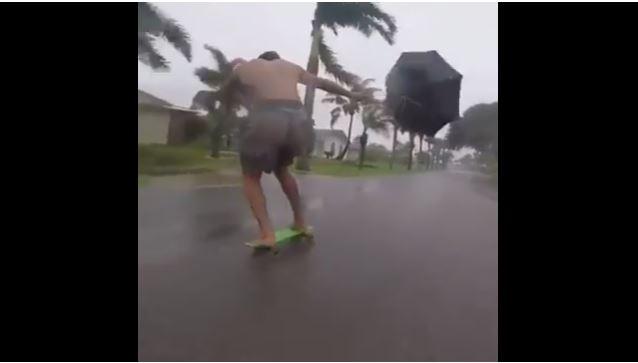 furacão irma jangada skate - VEJA VÍDEO: Com ajuda do Irma e de guarda-chuva, homem se diverte fazendo do skate uma jangada