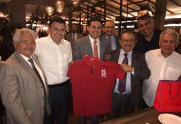 Em Brasília, Maranhão oferece jantar a aliados e mostra camisa personalizada 'Zé 15'