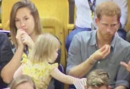 VEJA VÍDEO: Menina de 2 anos 'rouba' pipoca de Príncipe Harry; confira a reação hilária dele