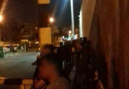 Bandidos armados com fuzil fazem arrastão em fila do desemprego