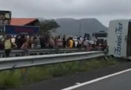 Ônibus tomba na BR-230 e deixa turistas feridos