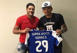 Hulk viaja a Portugal, encontra atacante Soares e ganha camisa do Porto