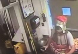 VEJA VÍDEO: Homem Coca-Cola realiza assalto em restaurante
