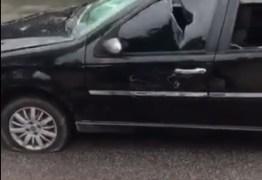 VEJA OS VÍDEOS: motociclista fica revoltado com colisão e quebra carro em João Pessoa