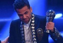 Internautas comparam Daniel Alves a 'paquita da Xuxa' por roupa usada em prêmio da Fifa