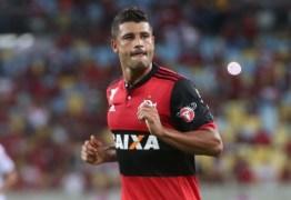Livre de tumor, Ederson volta a treinar no Flamengo