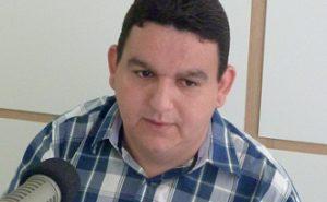 fabiano gomes 09 e1508190645336 300x185 - SURPRESA: Radialista Fabiano Gomes publica carta e pede demissão do Sistema Arapuan de Comunicação