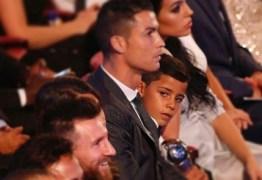 Olhar do filho de Cristiano Ronaldo a Messi viraliza nas redes sociais