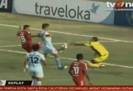 Goleiro morre após choque com colega de equipe no futebol – VEJA VÍDEO
