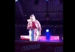 VEJA VÍDEO: Marília Mendonça interrompe show após fã jogar celular no rosto dela