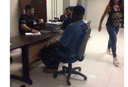 Mr. Catra desembarca para show e é interrogado sobre repertório de apologia ao crime organizado -VEJA VÍDEO