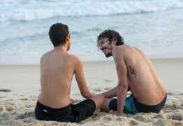 Carol Duarte grava últimas cenas de Ivan sem camisa na praia
