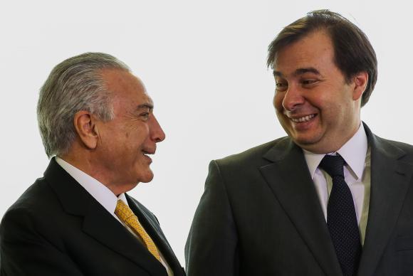 temer e maia 1 - Temer usa R$ 12 bilhões para comprar votos e barrar denúncia