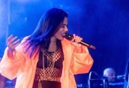 VEJA VÍDEO: Mulher sobe no palco, engana Anitta e divulga música
