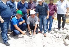 Prefeito de Alhandra coloca primeira pedra de calçamento que ligará Oiteiro e Nova Descoberta