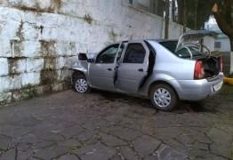 Homem foge de blitz, bate o carro no muro de cemitério e morre