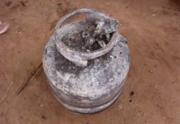 Botijão de gás explode em escola e fogo atinge cozinheira