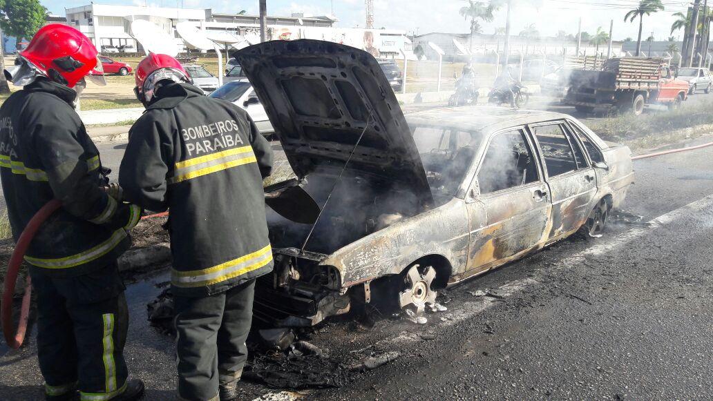WhatsApp Image 2017 11 29 at 14.53.05 - VEJA VÍDEO: Carro incendiado paralisa trânsito próximo à Unipê