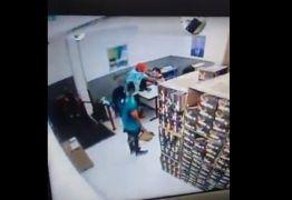 Dupla armada assalta loja no Centro de João Pessoa e câmeras de segurança registram ação; veja