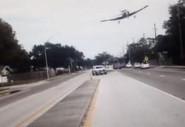 Vídeo chocante mostra momento em que avião cai em estrada da Flórida -Assista