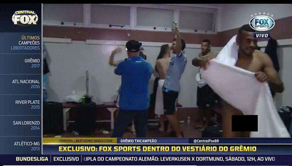 csm 29112017 vestiariofox a69d238da0 - VEJA VÍDEO: Jornalista entra em vestiário e câmera flagra jogador do Grêmio pelado