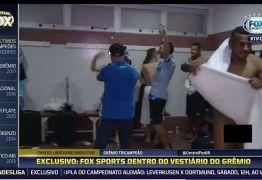 VEJA VÍDEO: Jornalista entra em vestiário e câmera flagra jogador do Grêmio pelado