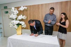 luciano cartaxo assinando 300x200 - Luciano Cartaxo assina termo de cooperação com Memorial São Francisco para transplante renal