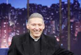 'Não sou um frustrado, namorei', revela Padre Marcelo Rossi