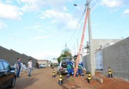 Ruas e Bairros de Patos estão recebendo serviços de instalação e manutenção na iluminação pública
