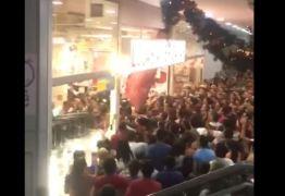 VEJA VÍDEO: Porta de loja cai sobre multidão que tentava aproveitar a Balck Friday na PB