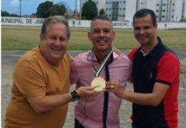 NINJA NA REDE: ao lado de adjunto, secretário de Esportes Jutay Menezes parabeniza paraibano campeão mundial de Jiu-Jitsu