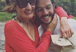 Fátima Bernardes se diverte com o namorado pegando caranguejo no mangue