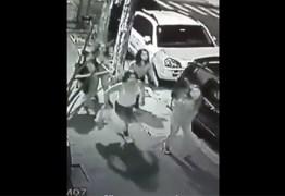 VEJA VÍDEO: Grupo de garotas espanca e rouba mulher em bairro nobre