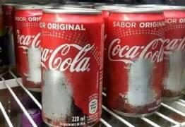 Dono de lanchonete chama atenção da web por 'raspar' todas as latas de Coca-Cola