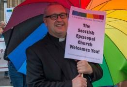 Polêmica – Padre escocês pede orações para que o príncipe George de 4 anos seja gay