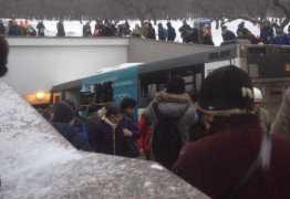 Ônibus atropela multidão em estação de metrô e deixa 5 mortos
