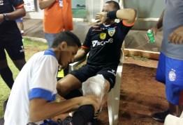 Atacante que agrediu árbitro com chute é suspenso por 108 dias