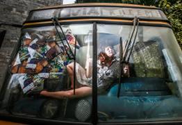 Peça convida 'passageiros' para história de moradora de um ônibus
