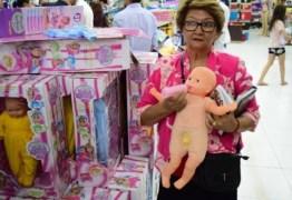 Loja que vendia 'boneca transexual' é fechada