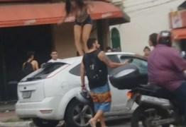 VEJA VÍDEO: Travestis destroem e queimam carro de cliente que foi embora sem pagar
