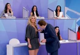 Silvio Santos dá 'olhadinha' nos seios de Lívia Andrade no 'Jogo dos Pontinhos'