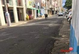 Boi bravo foge e ataca pessoas e danifica veículos em Patrocínio (MG) -VEJA VÍDEO