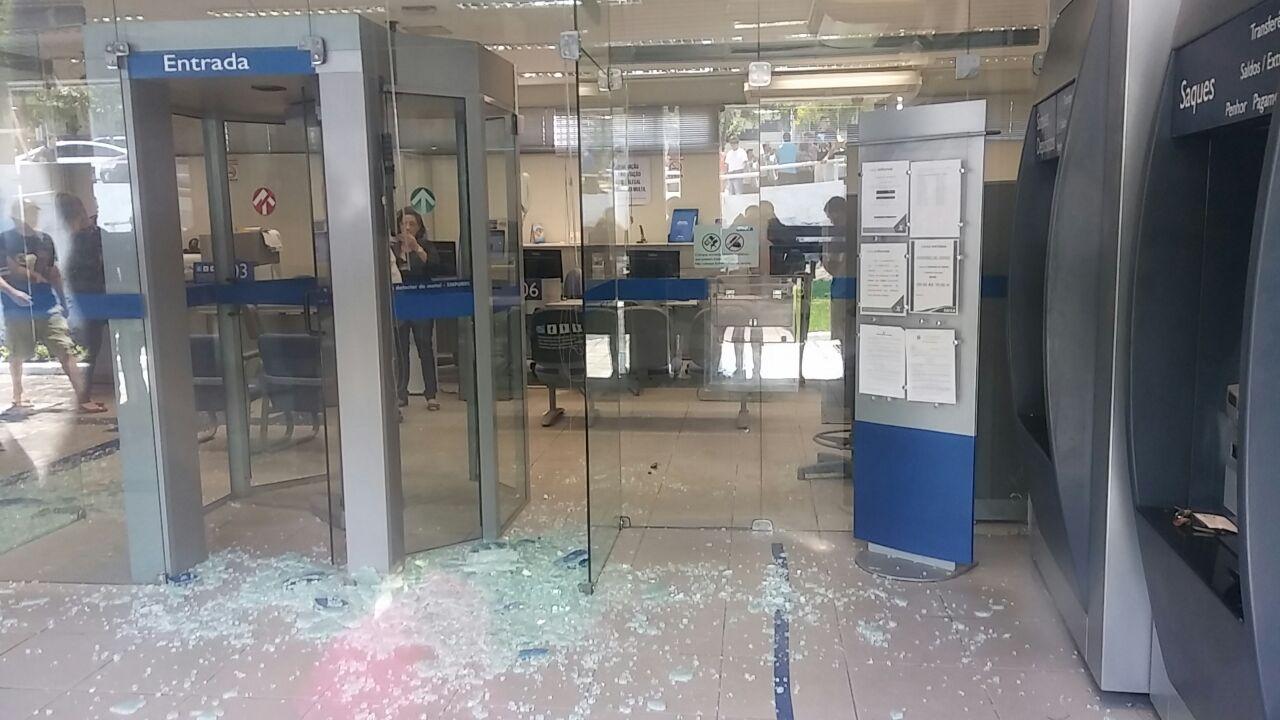 d0cc157a 5ef6 48e6 aa51 5b569e77aef5 - VEJA VÍDEO: Bandidos causam momentos de terror ao fazer reféns em agência bancária da UFCG