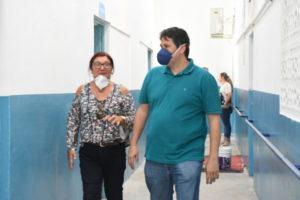dinaldinho wanderley escola 300x200 - Dinaldinho Wanderley visita escolas da rede municipal em reforma