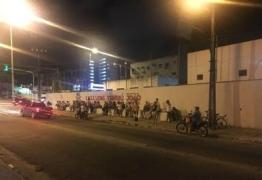 Pais dormem na fila para garantir vaga dos filhos em escolas de João Pessoa