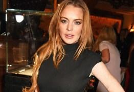 Lindsay Lohan trabalha no lançamento de sua linha de maquiagem